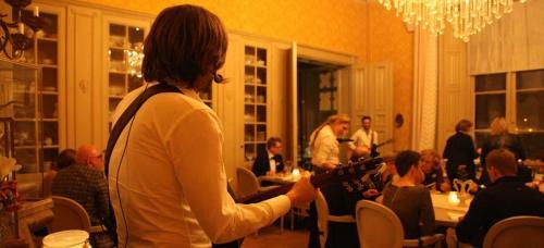 Akoestisch mobiel optreden van gitaarduo The Acoustics - mobiel versterkt muziekduo en akoestische band voor muziek bij receptie, bruiloft of diner