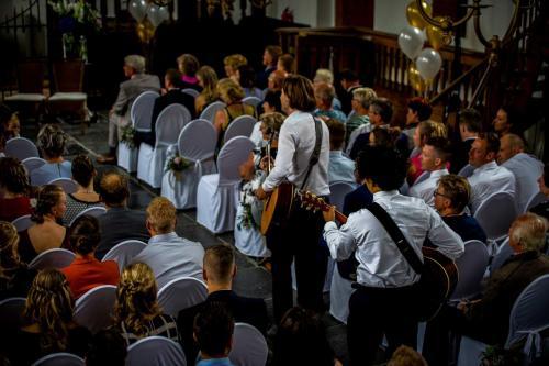 Gitaarduo The Acoustics optreden bruiloft ceremonie trouwen in de kerk met live muziek